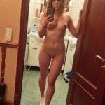 Голая девушка устроила фотосессию порно фото