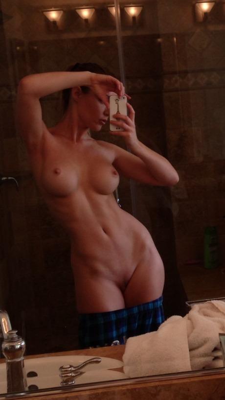Стройное тело у молодой красавицы домашнее порно фото