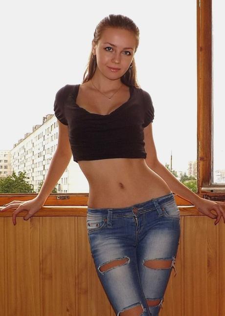 Молоденькая бэйба в джинсах любительское фото