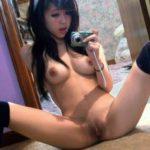 Юнная азиатка с темной писей делает эро сэлфи порно фото