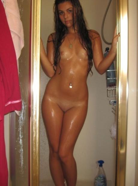 Мокрая девушка снимает сэлфи в дуще порно фото