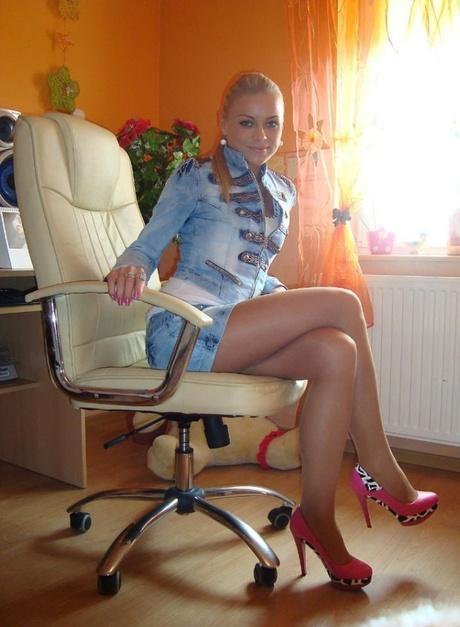Сексуальная девушка в белом кресле домашнее фото