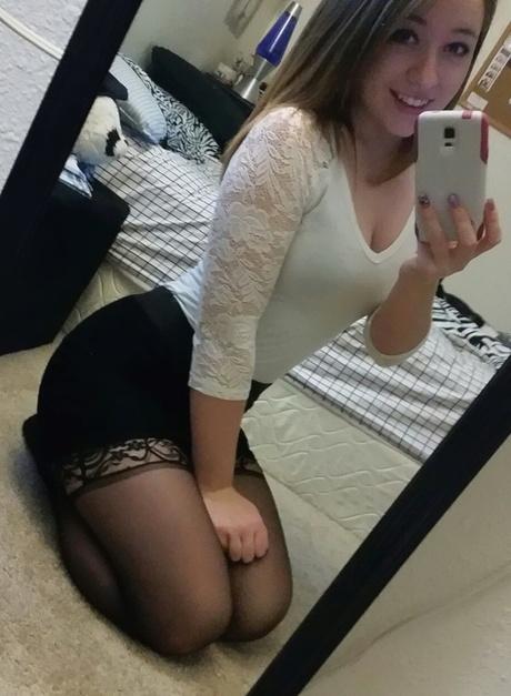 Молоденькая девушка сфоталась для вас домашнее фото