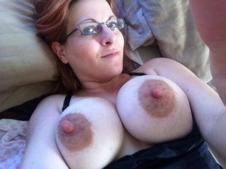 Зрелая сучка с торчащими сосками домашнее порно фото