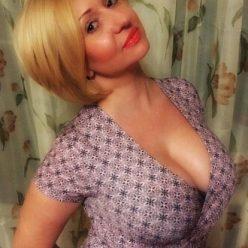 Фото зрелая секси мамка большие тити платье блонда