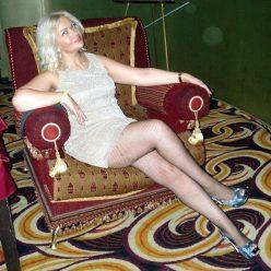 Фото зрелая мамка на кресле в коротком платье и на каблуках