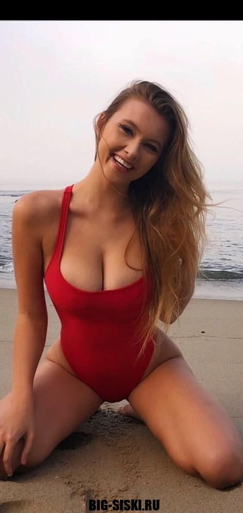 Фото сексуальная молодая киска позирует на пляже