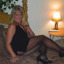 Фото зрелая мамка мини платье чулки каблуки сэлфи