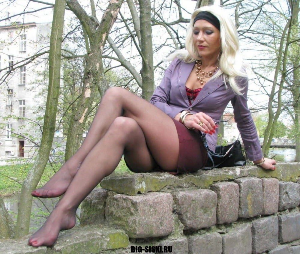 Фото мамка чулки блондинка ножки природа