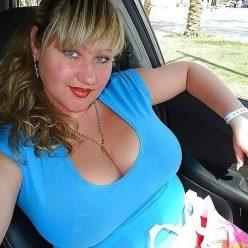 Фото пышной грудастой блондинки в салоне авто