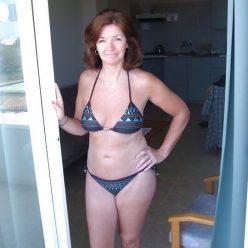 Фото зрелой сучки стоящей на пороге в купальнике