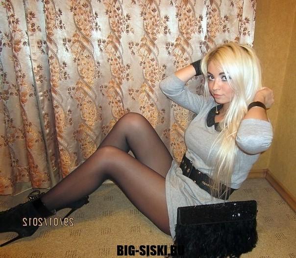 Фото молодой блондинки с длинными ногами на каблуках