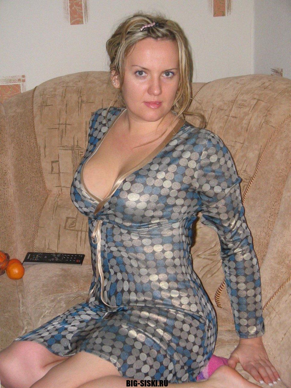 Фото зрелой жены сидящей на кровате