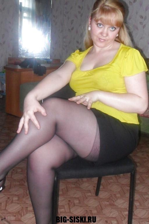 Фото зрелая женщина выставила свои мощные ляжки на показ