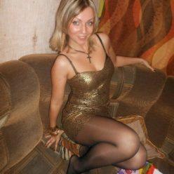 Фото зрелая сучка в чулках и коротком платье