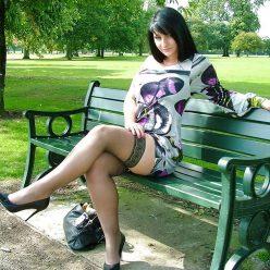 Фото брюнетка на шпильках и в чулках в парке на лавочке