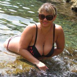 Фото тетя с большими дойками делает фото лежа в море
