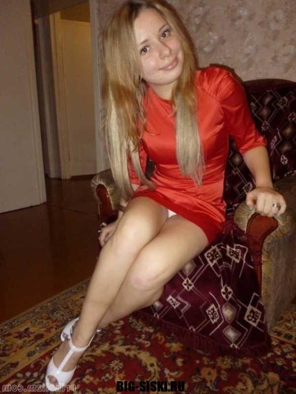 Фото молодая сучка красное платье светит трусами
