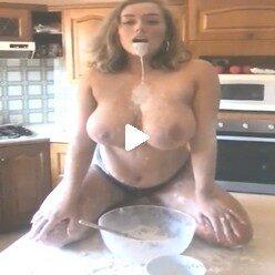 Порно видео пышная титястая вся в муке и молоке