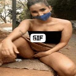 Гифка девка показывает пизду в людных местах