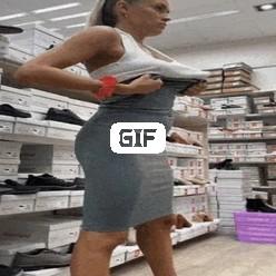 Порно гифка демонстрация висячих сисек в магазине одежды