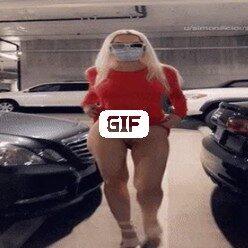 Порно гифка на автостоянке девушка показыла попку и свои сисечки