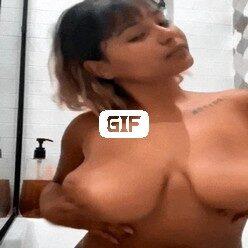 Порно гифка симпатичная мулаточка ласкает свои большие тити
