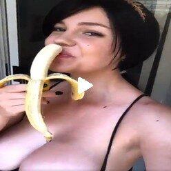 Порно видео молодая татуированная большегрудая сучка ест банан