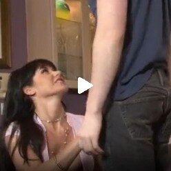 Порно видео горячая брюнетка в чулках трахнула своего пасынка