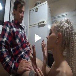 Порно видео парень позвал девушку домой и трахнул в попку