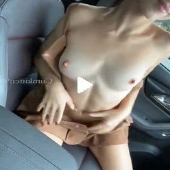 Видео худая сучка раздевается в машине на камеру телефона