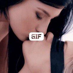 Гифка страстные поцелую блондинки и брюнетки