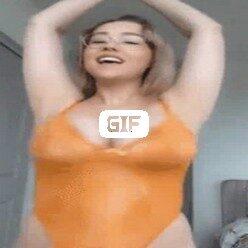 Девушка в очках с большими титьками пляшет на камеру гифка