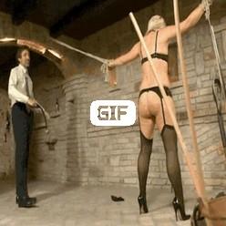 Зрелая блондинка в чулках получила плеткой по жопе гифка