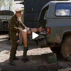 Военный жестко ебет загорелую сучку в ротик и анал у машины видео