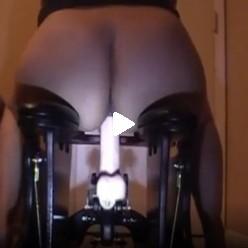 Женщина скачет на раскачивающемся секс стуле до оргазма